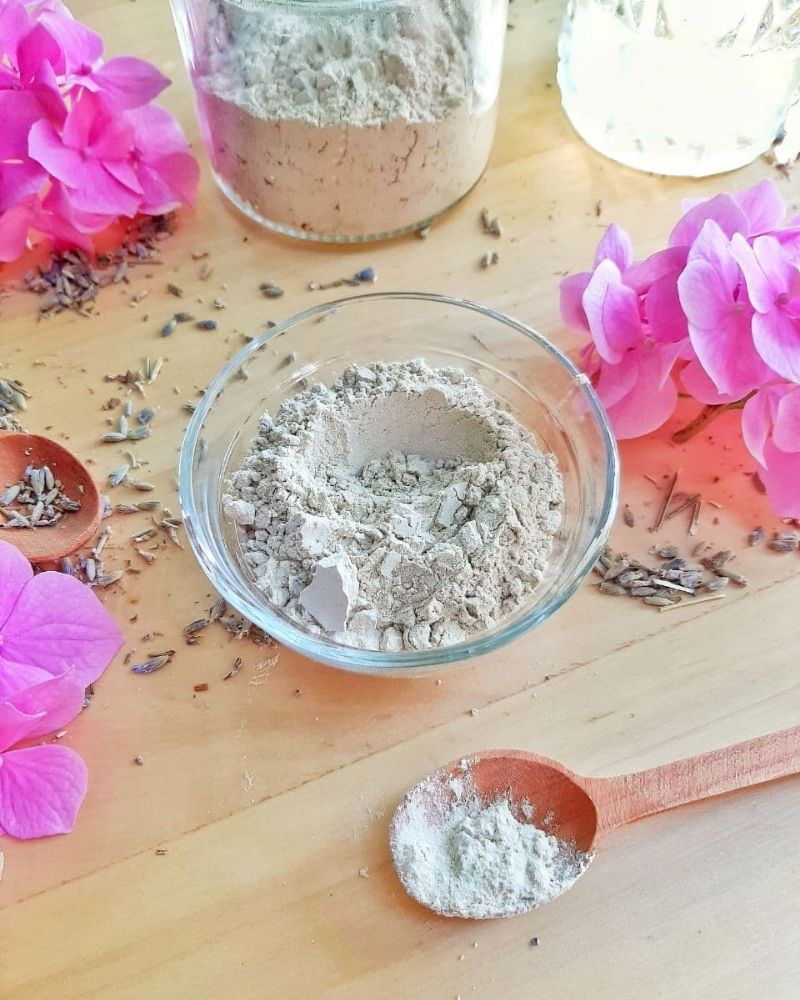 face mask with bentonite clay